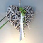 TK32 - Rindenherz dekoriert mit Metallband, Filzbänder, Perlenband, einer kleinen Edelstahlkugel, natürlichen Materialien und künstlichen Sukkulenten! Preis 39,90€ Größe ca. 40cm
