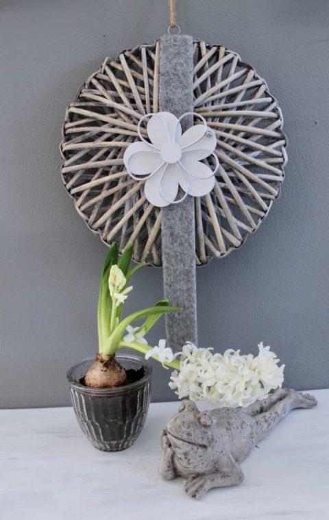 TK38 - Tür oder Wandkranz, dekoriert mit Filzbändern und einer Holz-Metallblume! Preis 19,90€ Durchmesser ca. 30cm Frosch liegend 14,90€ Glastopf 2,90
