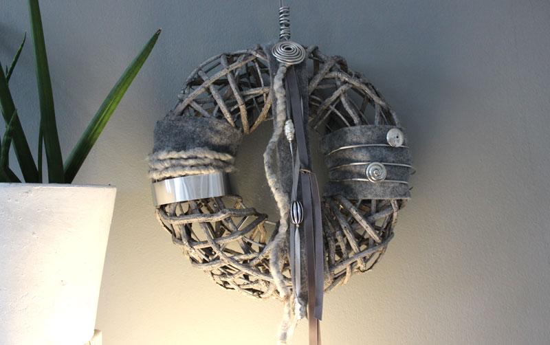TK33 - Massiver Wand oder Türkranz! Kranz aus Rattangeflecht auf Metallgestell, dekoriert mit Filz, Satin und Edelstahlbändern und Ornamenteilen! Preis 44,90€ Durchmesser 35cm