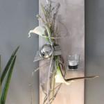 WD69 - Edle Wanddeko! Neues Holz puderfarben gebeizt, natürlich dekoriert mit künstlichen Callas, einer Edelstahlkugel und Teelichtglas! Preis 49,90€