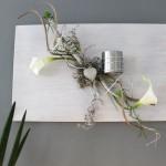 WD58 - Außergewöhnliche Wanddeko! Holzbrett, bebeizt und weiß gebürstet, dekoriert mit natürlichen Materialien, künstlichen Callas, einem Herz und einem Teelichthalter aus Edelstahl! Passend zu unserer Tischdeko! Preis 44,90€ - Größe 30x50cm