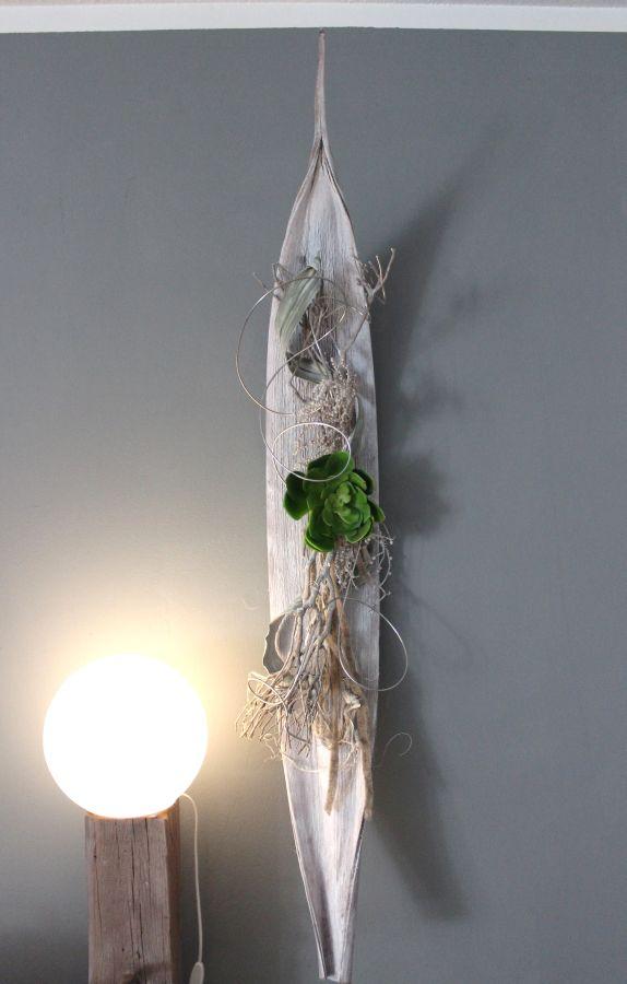 WD50 - Großes Kokosblatt als Wanddeko! Großes Kokosblatt weiß gebeizt, natürlich dekoriert mit einer großen künstlichen Sukkulente ! Größe ca. 140cm, kann waagrecht und senkrecht angebracht werden! Preis 89,90€