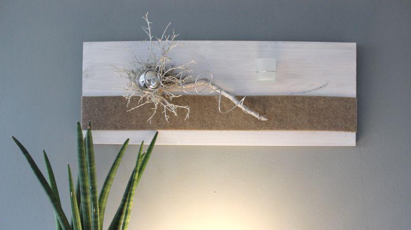 WD90 - Zeitlose Wanddeko! Holzbrett weiß gebeizt, natürlich dekoriert mit Filzband, einer Edelstahlkugel, einem Teelichtglas und natürlichen Materialien! Preis 59,90€ Größe 30x80cm