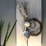 WD91 - Zeitlose Wanddeko! Wanddeko aus neuem Holz, weiß gebeizt, dekoriert mit natürlichen Materialien, zwei Rebenkränzen, Filzbänder, Filzrose und einem Metallherz! Preis 49,90€ Größe 30x60cm