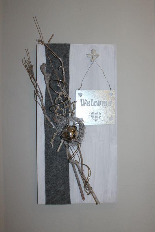WD92 - Holzbrett weiß gebeizt, dekoriert mit natürlichen Materialien, Filzband, einem Metallschild Welcome, einem kleinen Rebenkranz und einer Edelstahlkugel! Preis 49,90€ Größe 30x60cm