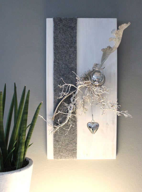 WD119 - Zeitlose Wanddeko! Holzbrett weiß gebeizt, dekoriert mit Filzband, natürlichen Materialien einer Edelstahlkugel und einem Edelstahlherz! Preis 54,90€ Größe 30x60cm