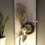 WD110 - Zeitlose Wanddeko! Wanddeko aus neuem Holz weiß gebeizt, dekoriert mit natürlichen Materialien, zwei Rebenkränzen, Filzbänder, Filzrose und einem Metallherz! Preis 64,90€ Größe 30x80cm