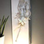 WD111 - Edle Wanddeko! Holzbrett weiß gebeizt, dekoriert mit natürlichen Materialien, einem Metallband und einer künstlichen Magnolienblüte! Preis 59,90€ Größe 30x80cm
