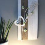 WD114 - Holzbrett weiß gebeizt, dekoriert mit natürlichen Materialien, Filzband, Holz-Herz, Holzblumen, Edelstahlkugel und künstlichen Sukkulenten! Preis 54,90€ Größe 30x60cm