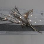 WD103 - Beleuchtete Wanddeko! Holzbrett weiß gebeizt, dekoriert mit Filzband, natürlichen Materialien, einer Edelstahlkugel, Metallherz und indirekter Beleuchtung ! Preis 79,90€ Größe 40x80cm