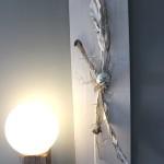 WD96 - Zeitlose Wanddeko! Holzbrett weiß gebeizt, natürlich dekoriert mit Zweigen, Strelizienblätter und einer Edelstahlkugel! Preis 79,90€ Größe 30x95cm