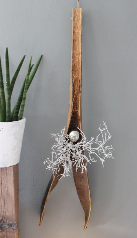 WD100 - Aussergewöhnliche Wanddeko! Gespaltenes Kokosblatt, dekoriert mit natürlichen Materialien und einer Edelstahlkugel! Passend zu unserer Tischdeko und großen Säule! Preis 44,90€ Länge ca.110cm
