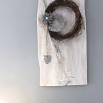 WD101 - Zeitlose Wanddeko! Altes Holzbrett, aufgearbeitet und weiß gebeizt, natürlich dekoriert mit zwei kleinen Rebenkränzen und einem Ornamentherz! Preis 44,90€ Höhe ca 50cm