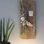 WD102 - Zeitlose Wanddeko! Altes Eichenbrett thermisch behandelt, dekoriert mit künstlichen Sukkulenten, natürlichen Materialien , Edelstahlkugel und einem Teelichtglas! Preis 54,90€ Höhe ca. 55cm