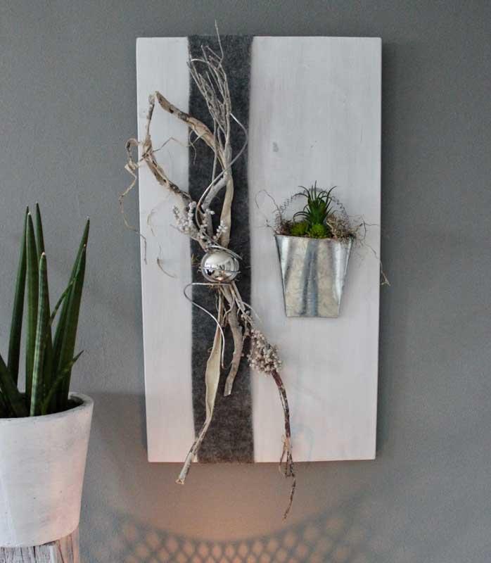 WD121 - Wanddeko weiß gebeizt, dekoriert mit natürlichen Materialien, Filzband, Edelstahlkugel und einer Metalltasche mit künstlichen Sukkulenten bepflanzt! Preis 74,90€ Größe 40x70cm