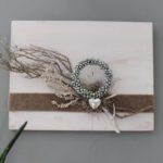 WD108 - Zeitlose Wanddeko! Holzbrett weiß gebeizt, natürlich dekoriert mit Filzband, einem Miniglockenkranz, einem Herz und natürlichen Materialien! Preis 44,90€ Größe 30x40cm