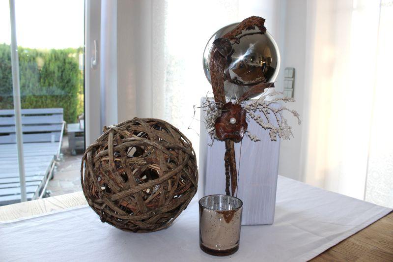 KL53 - Holzsäule für Innen und Aussen! Säule aus neuem Holz weiß gebeizt, dekoriert mit einer großen Edelstahlkugel und natürlichen Materialien! Preis 54,90€ Höhe ca. 40cm Kugel aus Holzgeflecht 13,90€ Durchmesser 20cm