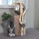KL54 - Kleine Säule dekoriert mit natürlichen Materialien,einem Edelstahlherz und einer Edelstahlkugel! Preis 54,90€ Höhe 40cm Metallpokal 12,90€ (ohne Pflanzen) Höhe 20cm Hirschbüste 9,90€ Höhe 18cm