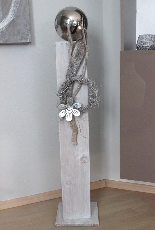 GS79 - Große Säule für Innen und Aussen! Große Säule weiß gebeizt, dekoriert mit einer Edelstahlkugel, natürlichen Materialien, einem Rebenkranz und einer Metallblüte! Preis 84,90 € Höhe ca 100cm