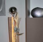 GS81 - Große Dekosäule für Innen und Aussen! Große gespaltene Holzsäule cappuccinofarbig gebeizt, dekoriert mit Materialien aus der Natur, einer künstlichen Sukkuklente und einer großen Edelstahlkugel! Preis 119,90€ Mit Beleuchtung 129,90€ Höhe ca 105cm