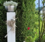 GS84 - Große Säule für Innen und Aussen! Große Säule aus neuem Holz weiß gebeizt, dekoriert mit natürlichen Materialien, einem Edelstahlherz und einer Edelstahlschale zum bepflanzen! Preis ohne Pflanze 84,90€ Höhe ca 100cm