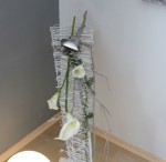 GS86 - Standdeko in Wasserfalloptik! Standdeko aus Rebenzweigen, dekoriert mit Zweigen, Filzbändern, Perlen, einem großen Edelstahlherz und künstlichen Callas! Preis 64,90€ Höhe ca. 70cm Breite ca. 100cm