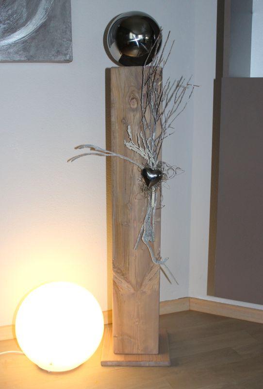 GS91 - Große Säule, cappuchinofarbig gebeizt, natürlich dekoriert mit einer großen Edelstahlkugel, einem Herz und Naturmaterialien! Preis 84,90€ Höhe ca 100cm