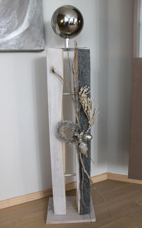 GS93 - Große gespaltene Holzsäule, weiß gebeizt und dekoriert mit einem Filzband, natürlichen Materialien, einem kleinem Hirschkopf, einer silberfarbigen Eichel und einem silberfarbenen Eichenblatt! Preis 129,90€ Höhe ca 105cm