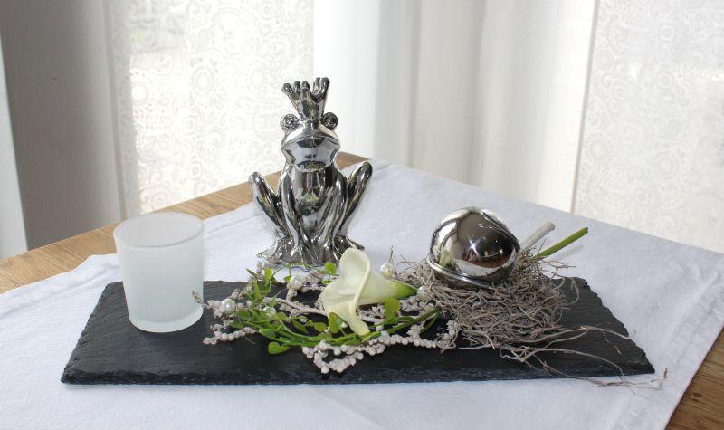TD134 - Schiefertafel als Tischdeko! Schiefertafel dekoriert mit natürlichen Materialien, künstlicher Calla, einer Edelstahlkugel und einem Teelichtglas! Preis 34,90 Größe 13 x 37cm