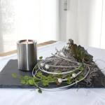 TD139 - Zeitlose Tischdeko! Schieferplatte dekoriert mit natürlichen Materialien, künstlichen Sukkulenten, einem silberfarbigen Vogel und einem Edelstahlteelicht! Preis 34,90€ Größe 20x30cm