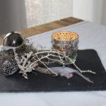TD145 - Edle Tischdeko! Schiefertafel dekoriert mit natürlichen Materialien, einer Edelstahlkugel und einem Metallornamentherz! Preis 34,90€ Größe 13x37cm Teelichtglas Preis 4,90€ Höhe ca 7cm