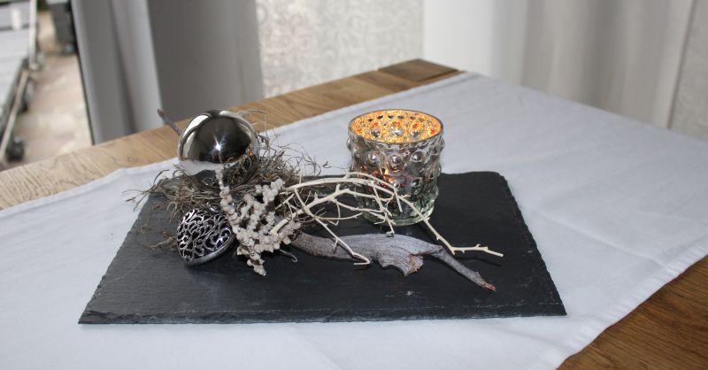 TD145 - Edle Tischdeko! Schiefertafel dekoriert mit natürlichen Materialien, einer Edelstahlkugel und einem Metallornamentherz! Preis 34,90€ Größe 13x37cm
