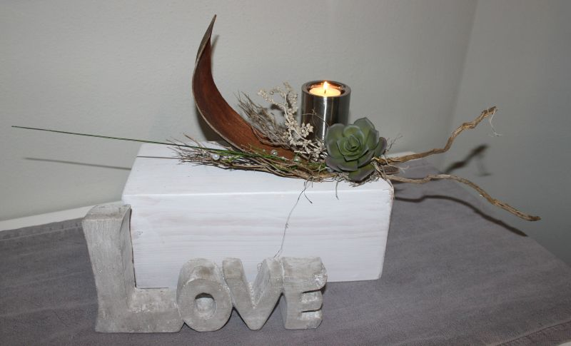 TD142 - Holzblock als Tisch, Sideboard oder Fensterdeko! Holzblock weiß gebeizt, dekoriert mit natürlichen Materialien, künstlicher Sukkulente, Perlenband und einem Edelstahlteelicht! Preis 49,90€ Größe ca 50x13x13 cm