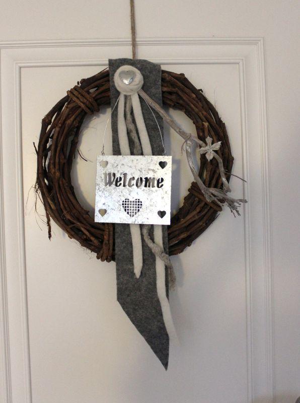 TK21 - Tür oder Wandkranz aus Weinreben! Weinrebenkranz dekoriert mit Filzbändern, einer Filzrose mit Herz, Zweig und einem Welcomeschild aus Metall! Preis 39,90€ Durchmesser 40cm