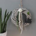TK26 - Tür oder Wandkranz! Weiß gekalkter Weidenkranz dekoriert mit natürlichen Materialien, Filzbänder, Filzrosette und einer Schiefertafel zum beschriften! Preis 34,90€ Durchmesser 30cm