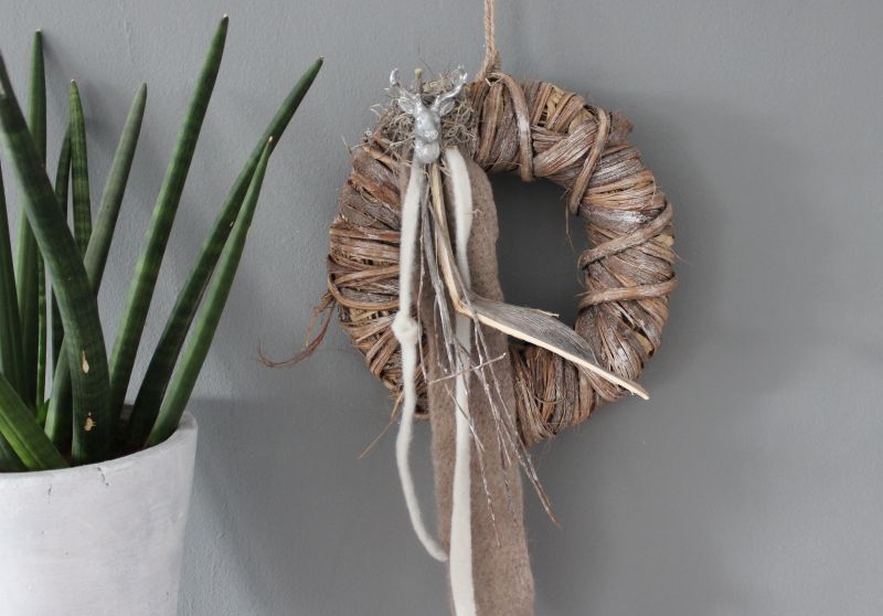 TK28 - Tür oder Wandkranz, dekoriert mit Filzbänder, natürlichen Materialien und einem kleinen Hirschkopf ! Preis 39,90€ Durchmesser 30cm