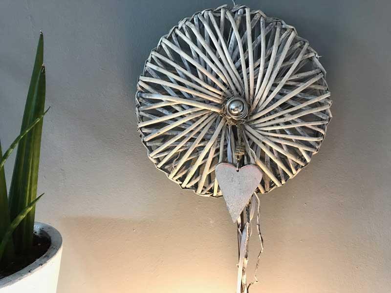 TK36 - Wand oder Türkranz Sonne! Kranz dekoriert mit Bändern, Metallherz und kleiner Edelstahlkugel! Preis 24,90€ Durchmesser ca. 30cm