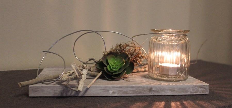 TD12 - Außergewöhnliche Tischdeko! Holzbrett, bebeizt und weiß gebürstet, dekoriert mit natürlichen Materialien, Sukkulente und einem Windlicht! Passend zu unserer Wanddeko! Preis 39,90€