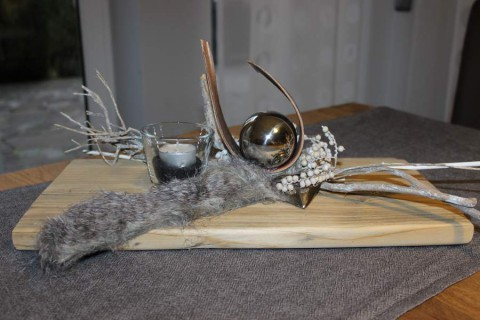 TD18 - Zeitlose Tischdeko! Altes Holzbrett mit natürlichen Materialien, Kunstfell, Kokosblatt, Edelstahlkugel, Edelstahlherz und einem Teelichtglas dekoriert! Preis 49,90€