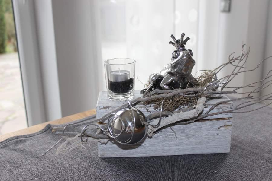 TD23 - Holzblock als Tischdeko! Altes Holz bebeizt, natürlich dekoriert mit einem Teelicht,Edelstahlkugel und Froschkönig! Preis 44,90 € Holzblock - Preis 12,90 € Froschkönig