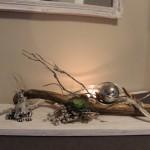 TD27 - Exclusive Tischdeko! Holzbrett gebeizt und weiß gebürstet, dekoriert mit einer Sukkulente und Edelstahlkugel! Breite 60cm - Preis 44,90€ - Frosch 7,90€
