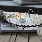 TD98 - Zeitlose Tischdeko! Holzbrett weiß gebeizt, dekoriert mit natürlichen Materialien, einem Vogel, künstlicher Calla und einem Teelichtglas! Preis 34,90€ - Größe 20x30cm