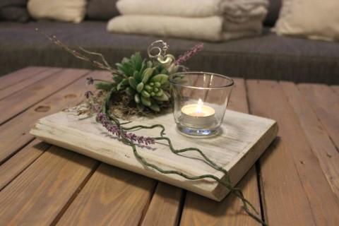 TD95 - Zeitlose Tischdeko! Altes Eichenbrett weiß gebeizt, dekoriert mit künstlichen Sukkulenten, natürlichen Materialien und einem Teelichtglas! Preis 44,90€ - Höhe ca 25cm