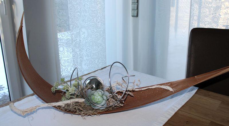 TD92 - Kokosblatt als Tisch oder Wanddeko! Großes Kokosblatt dekoriert mit natürlichen Materialien, einer Edelstahlkugel und künstlichen Sukkulenten! Preis 44,90€