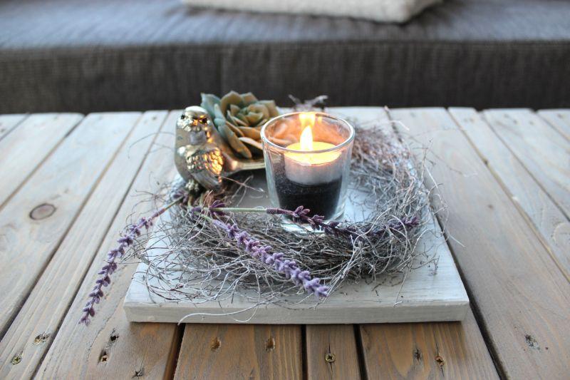TD90 - Zeitlose Tischdeko! Holzbrett weiß gebeizt, dekoriert mit einem weigekalktem Rebenkranz, einem Vogel, künstlicher Sukkulentend einem Teelichtglas! Preis 34,90€ - Größe 20x20cm