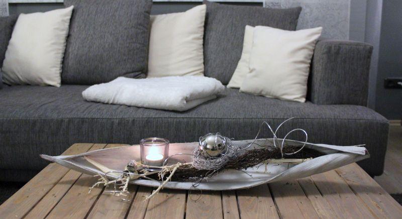 TD89 - Kokosblatt als Tischdeko! Kokosblatt gebeizt, dekoriert mit natürlichen Materialien, einer Edelstahlkugel und einem Teelichtglas! Preis 34,90€ - Breite ca 70cm