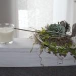 TD85 - Holzblock als Tisch, Sideboard oder Fensterdeko! Alter Holzblock weiß gebeizt, dekoriert mit natürlichen Materialien, künstlicher Sukkulente, einer Edelstahlkugel und einer Kerze im Glas! Preis 49,90€ - Breite ca 50cm