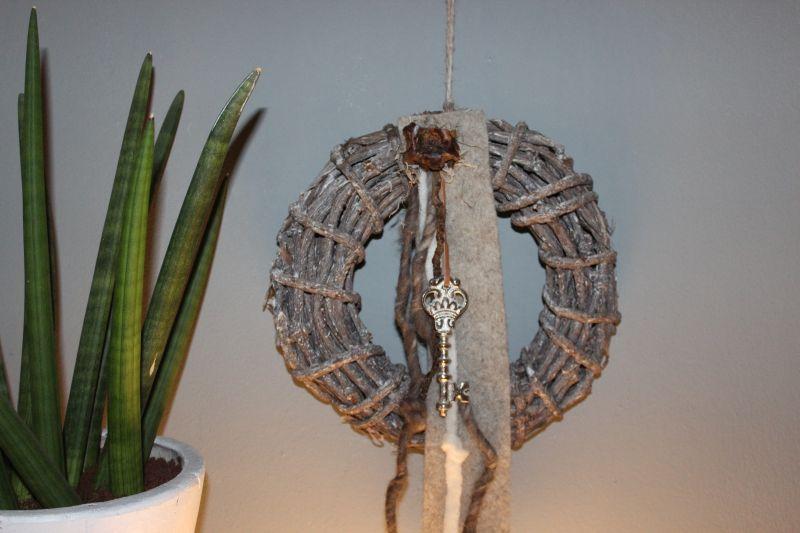 TK16 - Tür oder Wandkranz! Gekalkter Weidenkranz, dekoriert mit Filzbändern und einem Schlüssel! Preis 29,90€ - Durchmesser 30cm