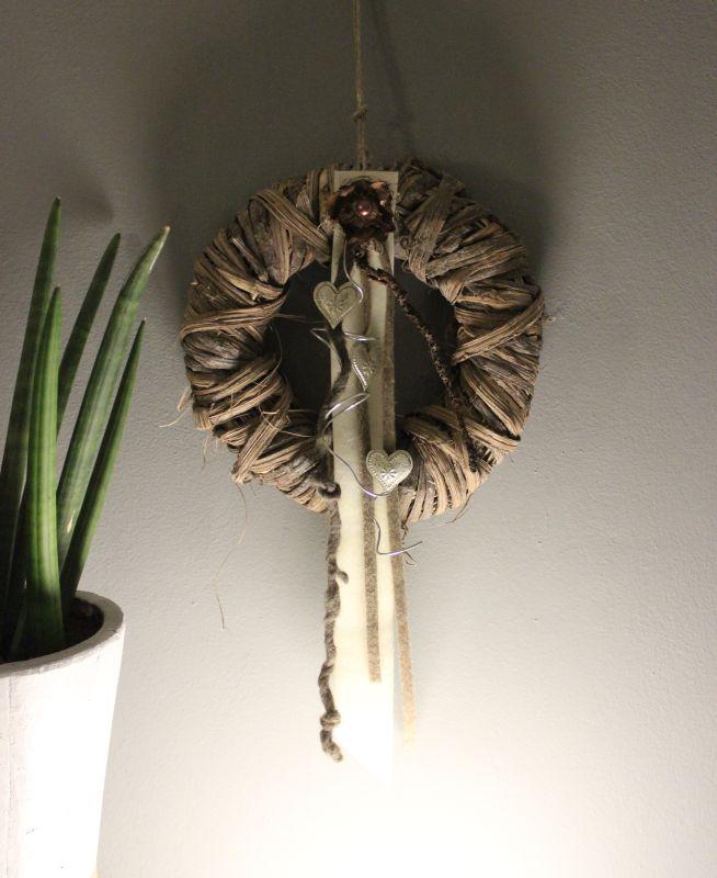 TK15 - Birkenrindenkranz als Tür oder Wanddeko! Kranz aus Birkenrinde, dekoriert mit Filzbändern, Herzen, Palmblüte und Aludraht! Preis 34,90€ - Durchmesser 30cm