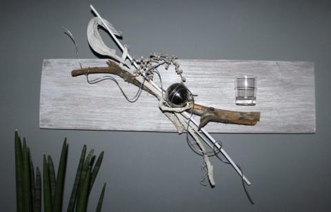 WD6 - Altes Holzbrett als Wanddeko! Altes Brett bearbeitet , gebeizt und natürlich dekoriert mit Rebenholz, einer Edelstahlkugel, Teelichtglas und natürlichen Materialien! Preis 49,90€ - Breite 80cm